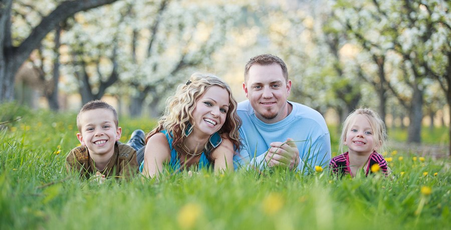 kelowna_family_photo_in_orchard_spring_cr