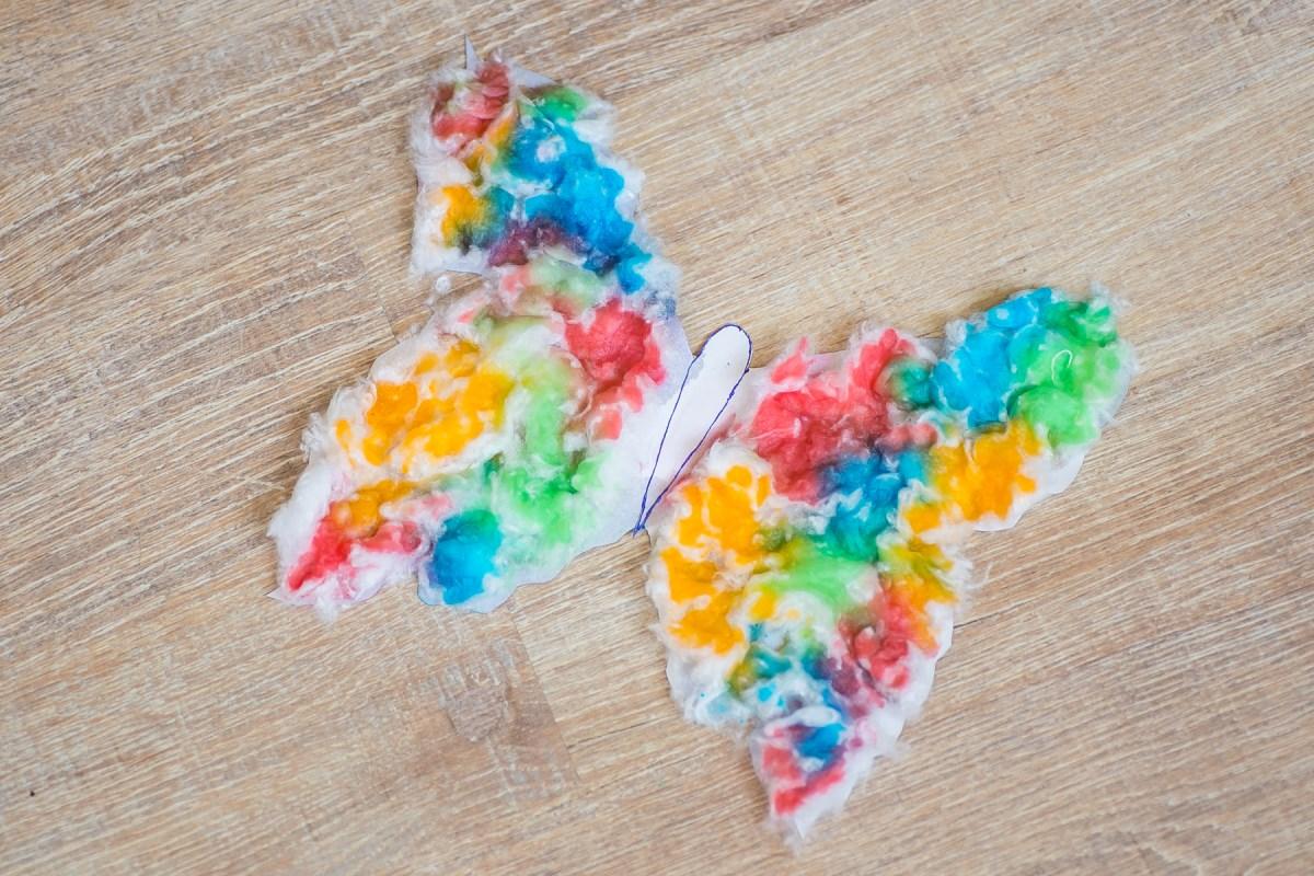 Бабочка из ваты: клеем и рисуем цветной водой