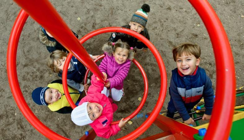 С чего начинается дружба. Играем вместе с детьми на детской площадке