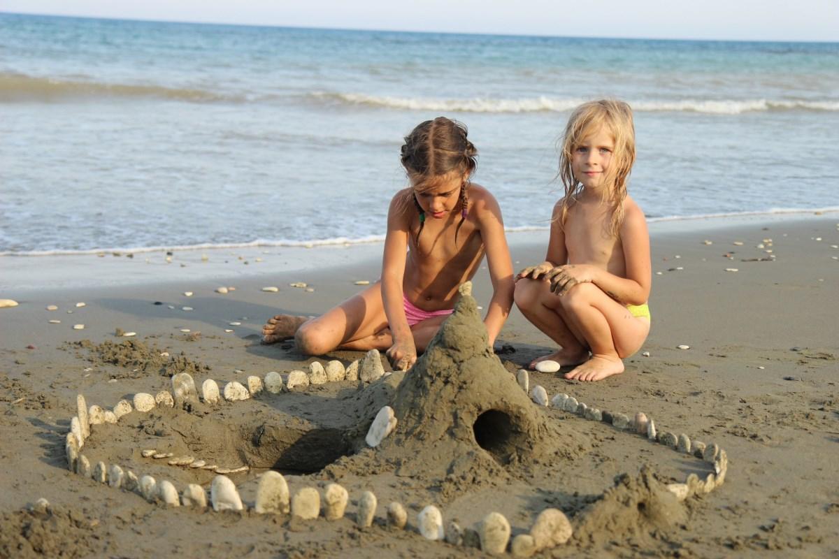 Дети, поиграйте в грязи!