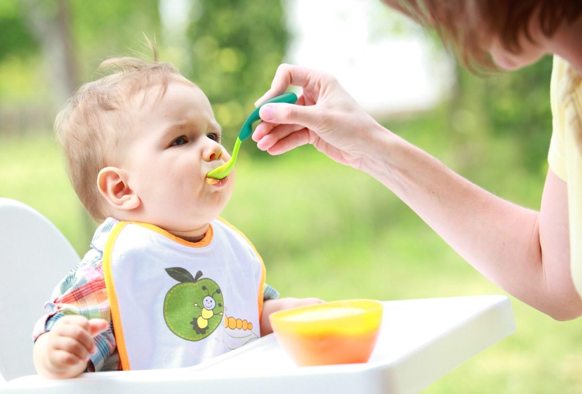 Как перевести ребенка на прикорм