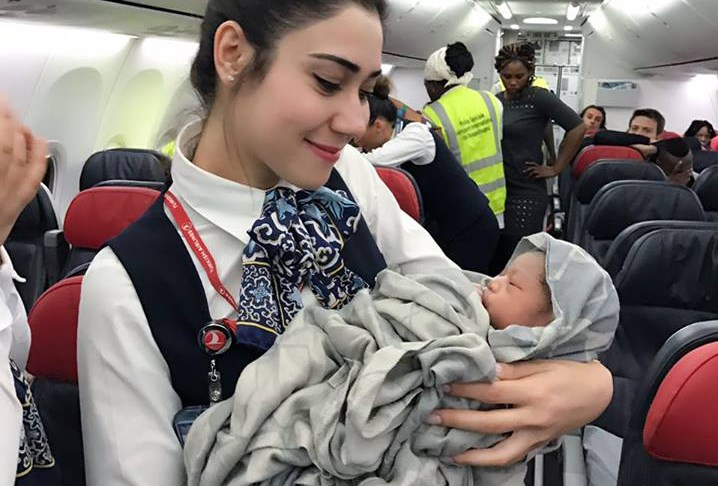 Женщина родила в самолете на высоте 13 километров