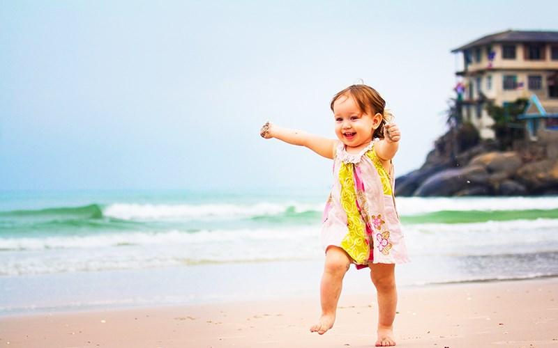 Первая поездка на море с ребенком: какой идеальный возраст, что взять с собой, какое море выбрать