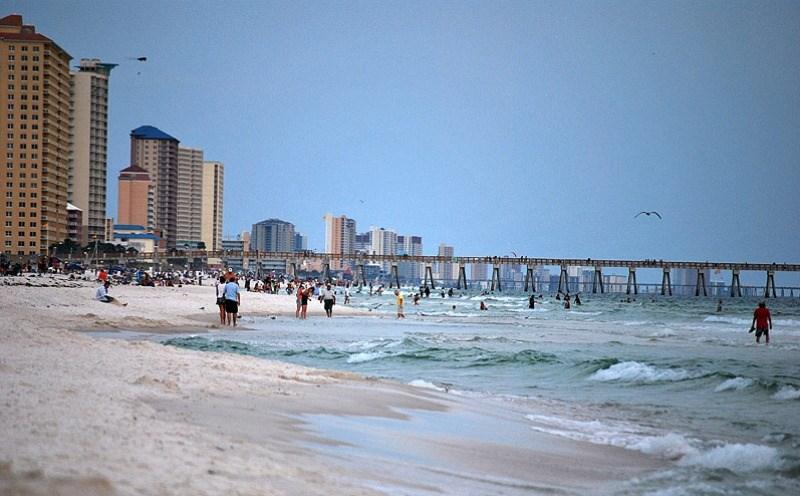 Во Флориде семью, которая тонула, отдыхающие спасли живой цепью