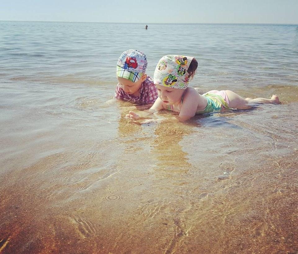 Лайфхаки для матусь, які летять вперше з малюками на море