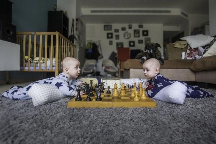 «Спасите, наш папа фотограф!» Как превратить жизнь близнецов в приключение