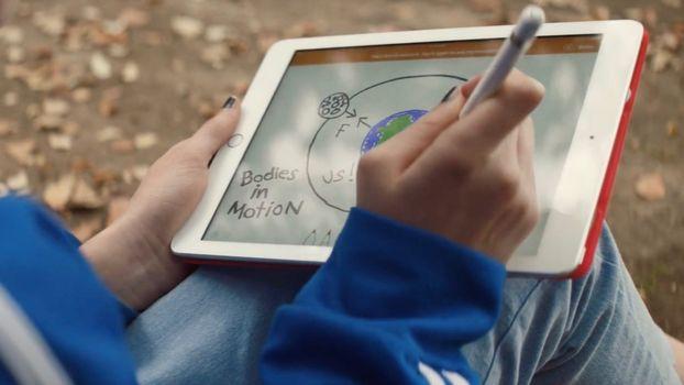 В рекламе нового iPad домашнее задание превращается в веселье