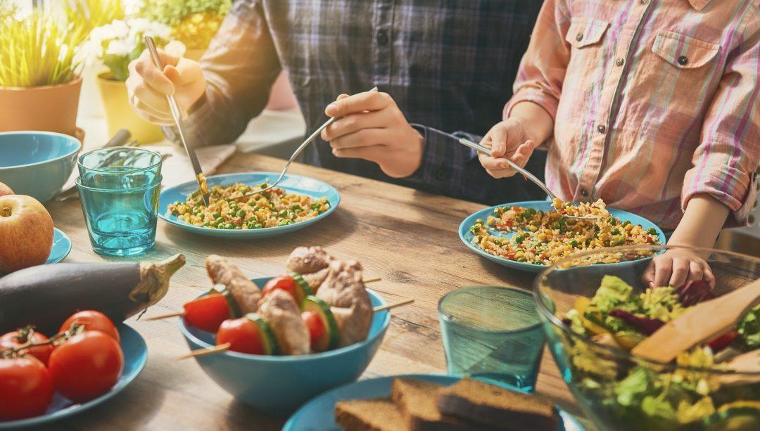 Семейный ужин — это не только о еде. Почему вам стоит есть вместе