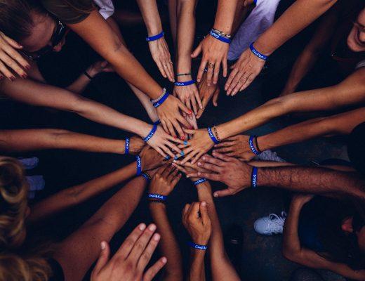 Благотворительность: как и зачем учить подростка отдавать