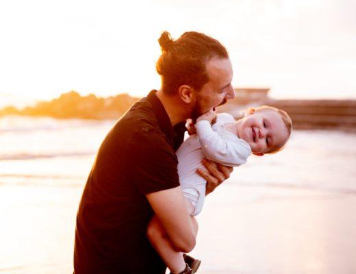 Якщо дитина народилася недоношеною, то брати її на руки потрібно якомога частіше