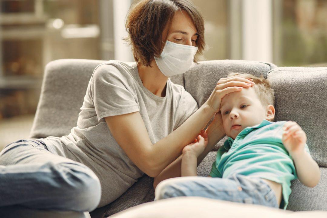Минздрав рекомендует делать плановые прививки детям во время пандемии
